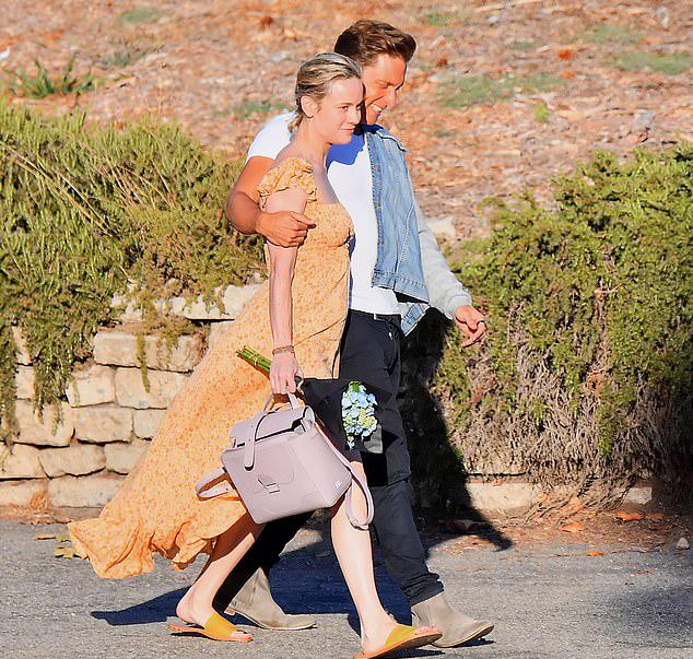 Sau khi đi mua sắm, cả hai tới rạp chiếu phim ở Malibu, California.