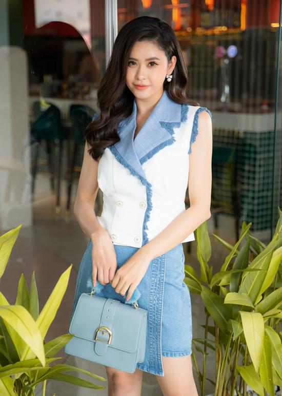 Phong cách trẻ trung cho nàng công sở với thiết kế áo sát nách, cổ vest đi cùng chân váy jeans. Cùng với kiểu dáng tôn nét gợi cảm, cách phối hợp sắc màu trắng - xanh cũng góp phần nâng tông làn da sáng.