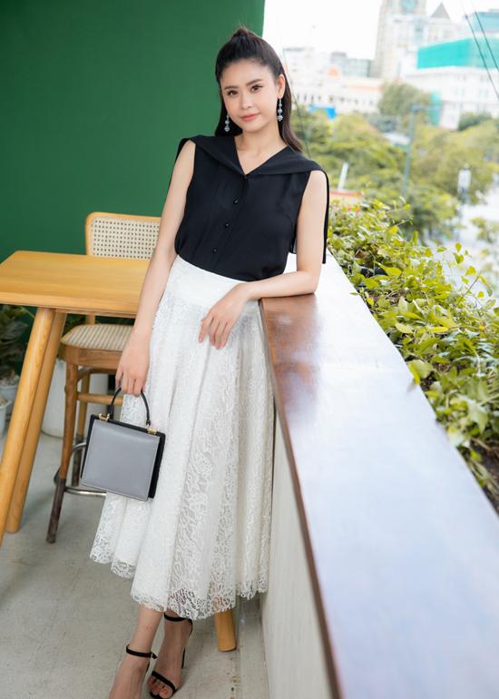 Chân váy ren dáng midi phối màu tưng phản với áo lụa cho các nàng thích sử dụng gam trắng, đen khi đi làm.