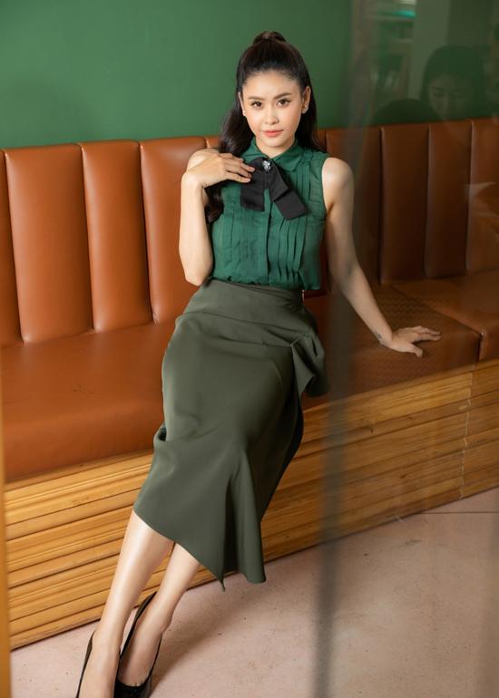Ngoài các kiểu trang phục dáng ngắn, Trương Quỳnh Anh còn chọn thêm nhiều mẫu chân váy mix cùng áo sát nách để hóa thân thành nàng công sở hiện đại.