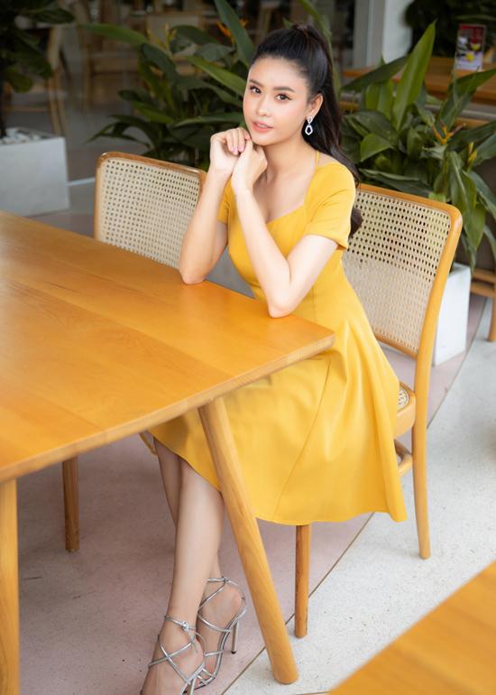 Đầm cổ điền với phần tùng váy xòe nhẹ và tông màu gợi nhớ hình ảnh lãng mạn của mùa thu.