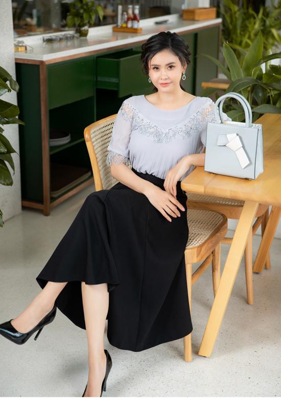 Chân váy midi đen, khá quen thuộc nhưng khó lỗi mốt vì luôn giúp phái đẹp có được sự thanh lịch khi phối đồ.