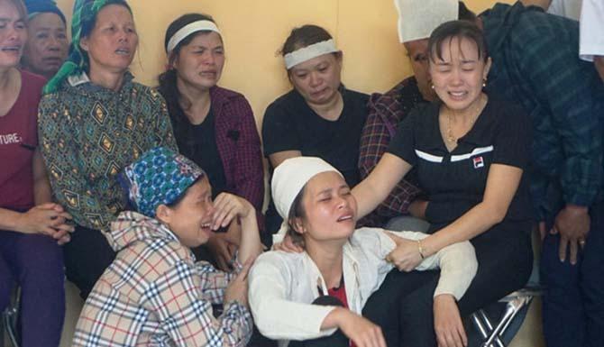 Chị Chon (áo trắng) mất chồng khi còn rất trẻ.