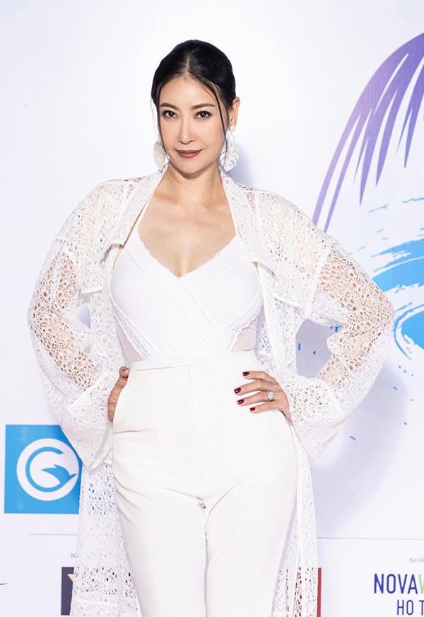 Hà Kiều Anh là một trong những giám khảo của Hoa hậu Thế giới Việt Nam 2019. Hoa hậu Việt Nam 1992 gây chú ý khi trang điểm tông nâu cá tính kết hợp với bộ trang phục white on white.