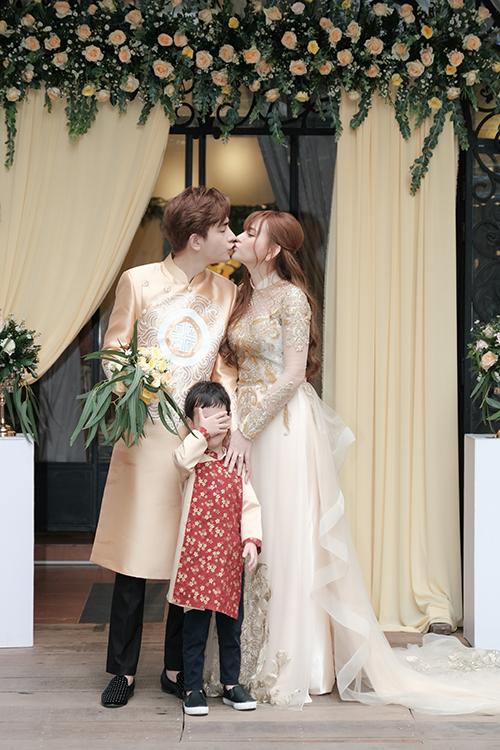 Trong lễ vu quy diễn ra tại TP HCM, Thu Thủy - Kin Nguyễn diện áo dài cưới uyên ương vàng đồng đến từ NTK Minh Châu.