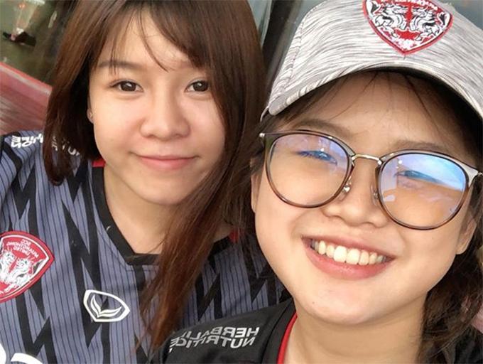 Yến Xuân mặc áo đấu của CLB Muangthong United check-in cùng một fan nữ Thái Lan tại sân SSG. Ảnh: Instagram.