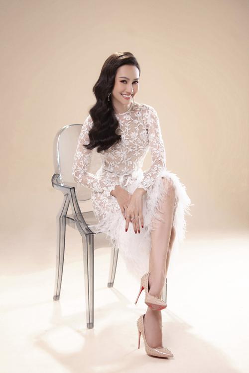 Váy có hai phiên bản màu trắng và màu ghi nhạt, giúp cô dâu mở rộng sự lựa chọn cho ngày đại hỷ.