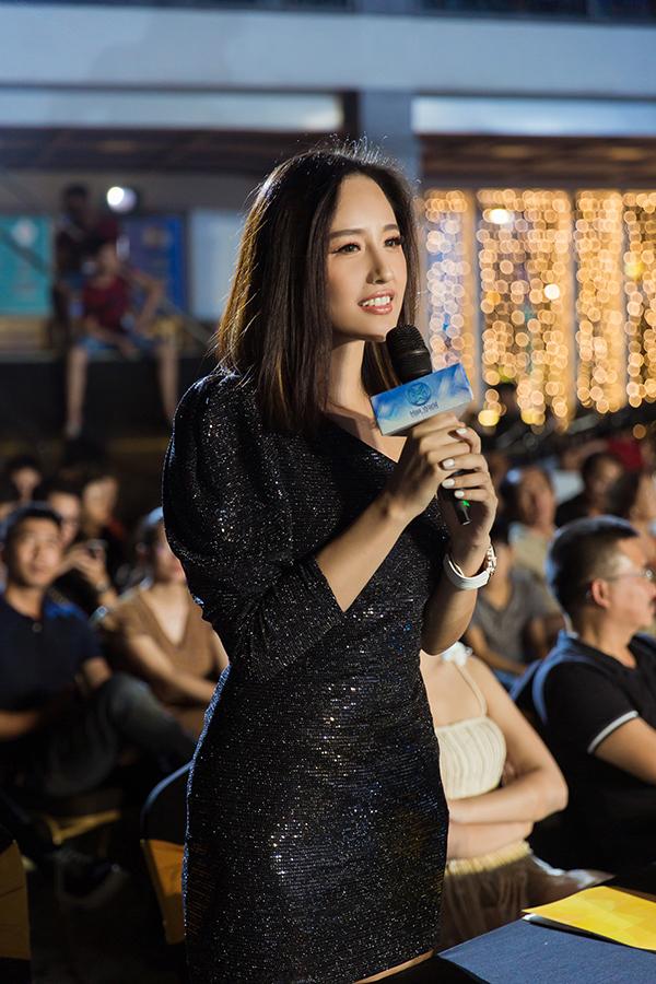 Trên ghế giám khảo, cô đưa ra nhiều nhận xét về phần biểu diễn của các thí sinh.