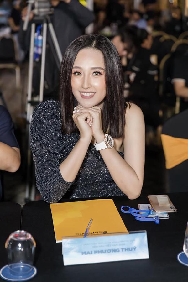Mái tóc ngắn vừa mới cắt cộng với chiều cao vượt trội giúp Mai Phương Thúy nổi bật giữa dàn người đẹp xuất hiện tại chương trình.