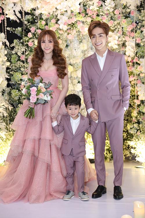 Đến tối ngày 17/7, Thu Thủy diện hai váy cưới đến từ NTK Tâm Lâm. Bộ váy đầu tiên mà cô lựa chọn mang tông hồng pastel, có cấu trúc tầng bậc.