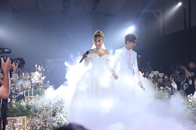 Bắt đầu nghi lễ cưới, Thu Thủy thay sang váy tối giản - xu hướng đầm cưới làm mưa làm gió của năm 2018. Mẫu đầm được Tâm Lâm làm từ chất liệu phi lụa cao cấp.