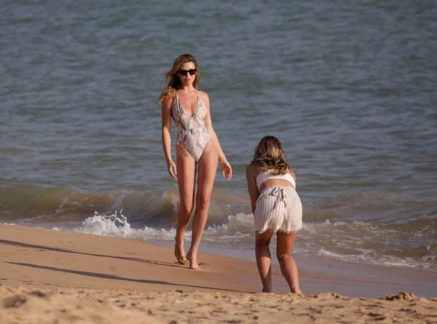 Vợ Crouch tự tin khoe vòng eo con kiến cùng đôi chân dài miên man trên bãi biển
