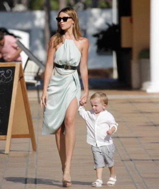 Abbey như đi catwalk khi dắt cậu nhóc Jack đi dạo tại khu nghỉ dưỡng.