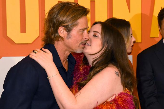 Khoảnh khắc được cho là khá kỳ quặc này xảy ra tại buổi công chiếu phim Once Upon a Time in Hollywood ở London hôm thứ 3. Nữ diễn viên Lena Dunham đã có nụ hôn quá thân mật với Brad Pitt trước rất nhiều đồng nghiệp và phóng viên ảnh. Hành động của cô bị nhiều người chỉ trích là không thích hợp, suồng sã quá mức. Một tài khoản Twitter nhận xét: Lena Dunham định hôn vào môi Brad Pitt mà không có sự đồng ý, hãy gọi đó là quấy rối tình dục/lạm dụng. Nó không hề ổn chút nào. Người khác bình luận: Thật đáng sợ. Quấy rối có thể đến từ cả phía phụ nữ.