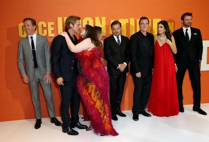 Sau đó, nữ diễn viên 33 tuổi chạy tới ôm cổ bạn diễn hơn cô 22 tuổi.