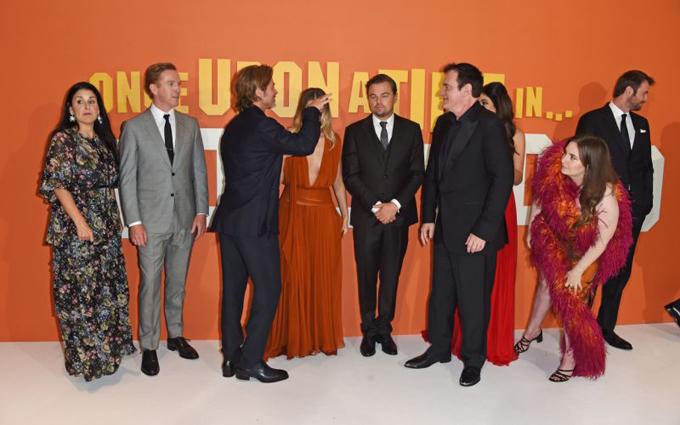 Trước khi có màn hôn gây tranh cãi này, Lena Dunham đứng cách xa Brad Pitt. Cô nhoài người lên để nghe anh nói chuyện với đạo diễn Quentin Tarantino.