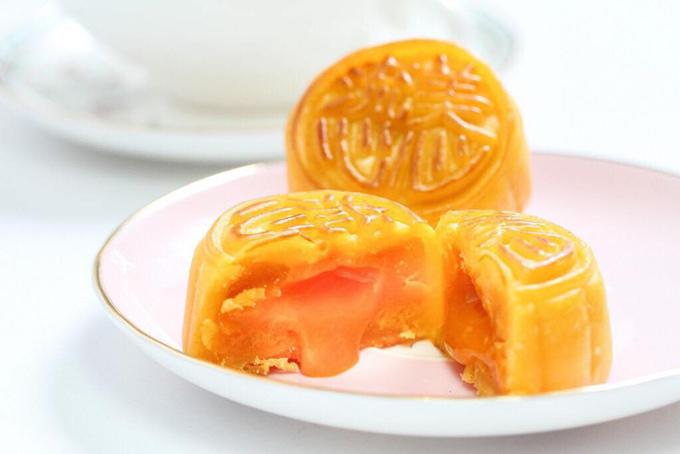 Bánh trung thu Lava Hong Kong nhân trứng muối. Ảnh: Nhung Nguyễn.
