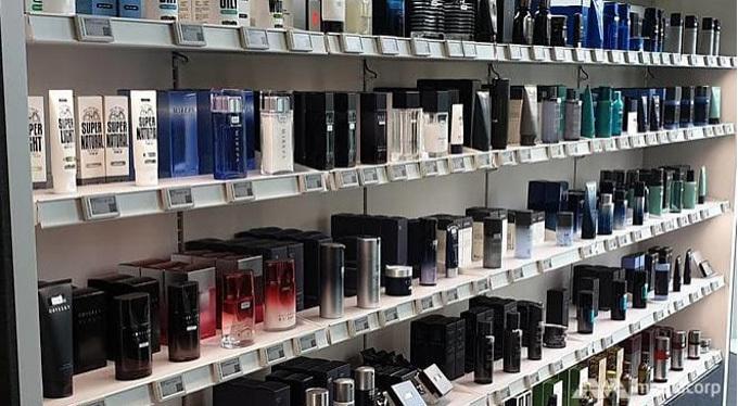 Các sản phẩm chăm sóc da cho nam giới được bày la liệt trên kệ trong một cửa hàng mỹ phẩm cho đàn ông. Ảnh: Lim Yun Suk.