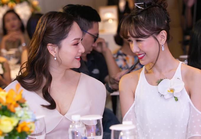 Ngồi cùng Lan Phương trên bàn tiệc, Hari Won trò chuyện tíu tít với nữ diễn viên.