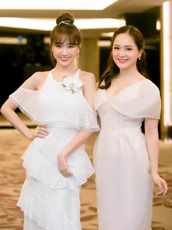 Hai người đẹp 8X chụp ảnh kỷ niệm trước khi chia tay. Sau event này, Hari Won vội ra sân bay đi Australia công tác.