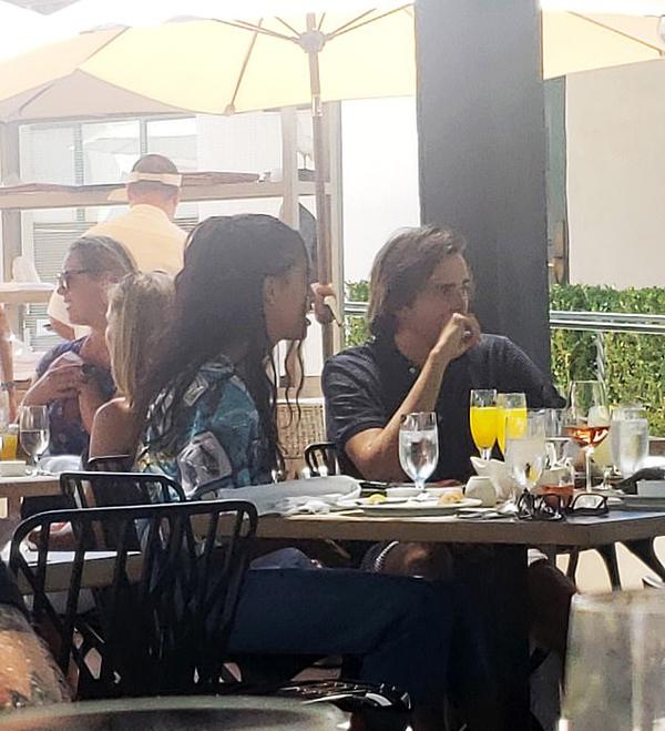Malia Obama ngồi ăn trưa với bạn trai Rory Farquharson (21 tuổi) ở resort Ojai Valley, Los Angeles hôm 28/7. Ảnh: SWNS.