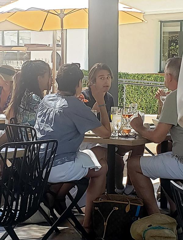 Malia Obma và bạn trai Rory được cho là ngồi cùng bàn với bố mẹ và anh trai của Rory tại Ojai Valley, Los Angeles, Mỹ hôm 28/7. Ảnh: SWNS.