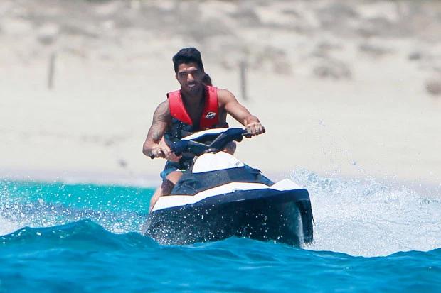 Du thuyền cung cấp xe trượt nước cá nhân như Suarez đang lái trong ảnh, vài thuyền kayak và một ván chèo.