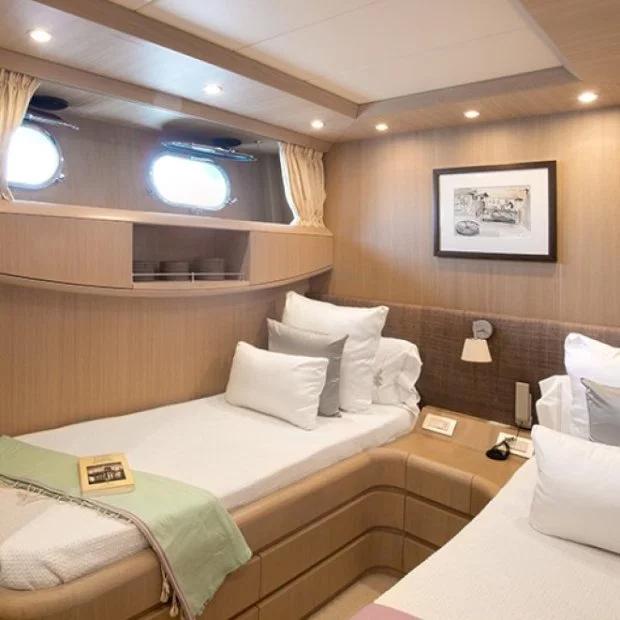 Bên trong du thuyền được trang bị hiện đại, sang trọng. Seven C có 4 phòng ngủ trong đó có hai phòng ngủ lớn và hai cabin kép.