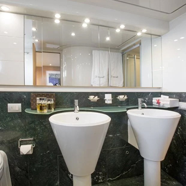 Phòng tắm và vệ sinh rộng rãi, sạch sẽ.