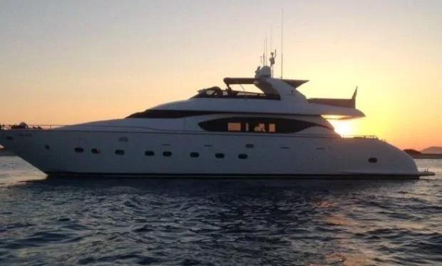Seven C dài gần 28m, được đóng lần đầu năm 2003 sau đó sửa chữa trang bị lại vào năm 2011. Với du thuyền rộng rãi, ba nhà di chuyển từ Ibiza sang Formentera nghỉ mát. Quần đảo Balearic thuộc Tây Ban Nha có 4 đảo lớn làMallorca, Menorca, Ibiza, và Formentera. Đây đều là những địa điểm du lịch quen thuộc với những người nổi tiếng.