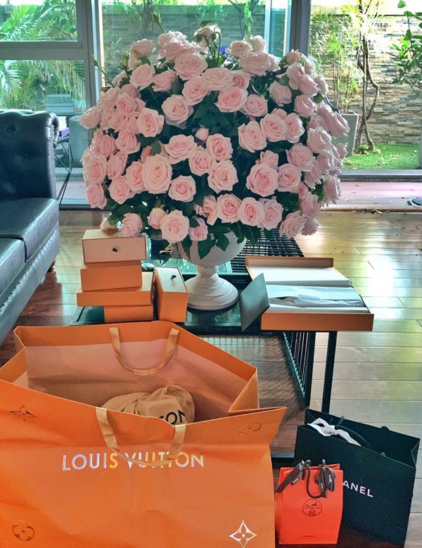 Nathan Lee được bạn bè, người thân tặng quà sinh nhật toàn hàng hiệu, trị giá hàng trăm triệu đồng.