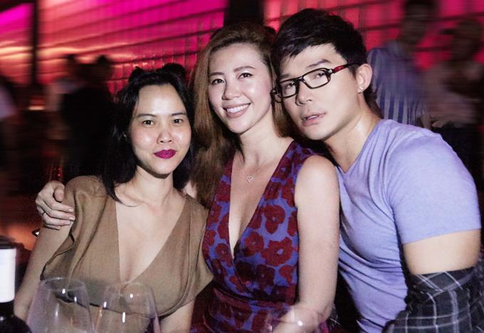Nhà thiết kế Hoàng Ngân (ngoài cùng bên trái) vui vẻ hội ngộ người đẹp Hồng Hà trong buổi tiệc tối ấm cúng.