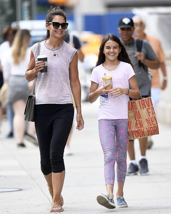 Suri và mẹ vui vẻ dạo phố New York ngày 22/7.