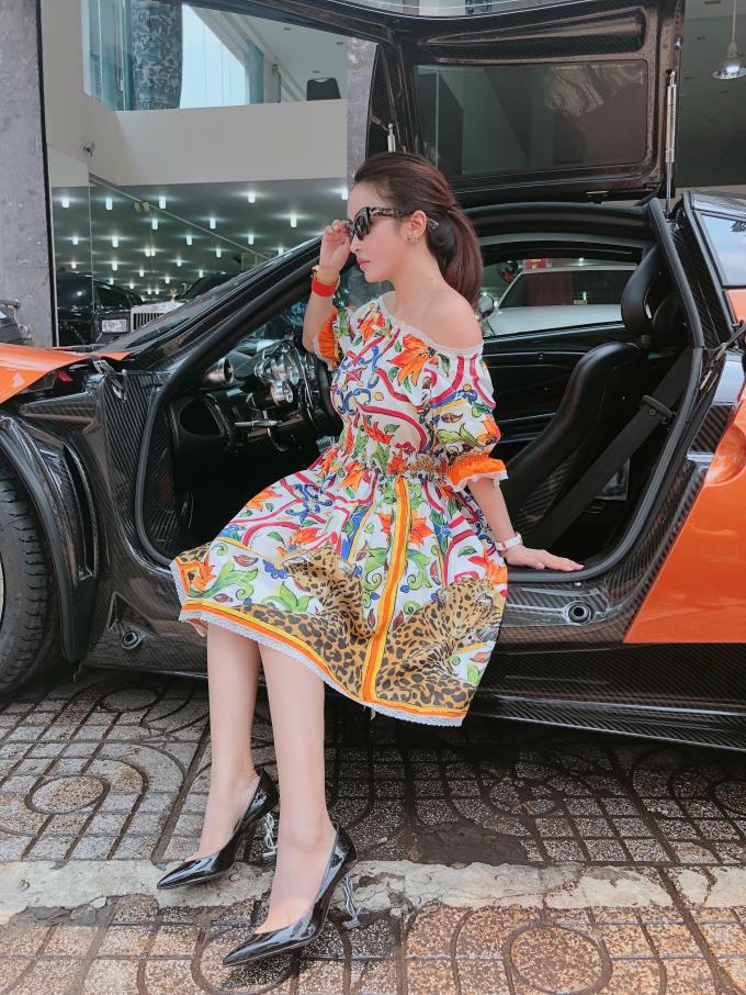 Trong hình Mina Phạm chọn đầm họa tiết mùa hècủa D&G, đeo giày Sanit Lauren.