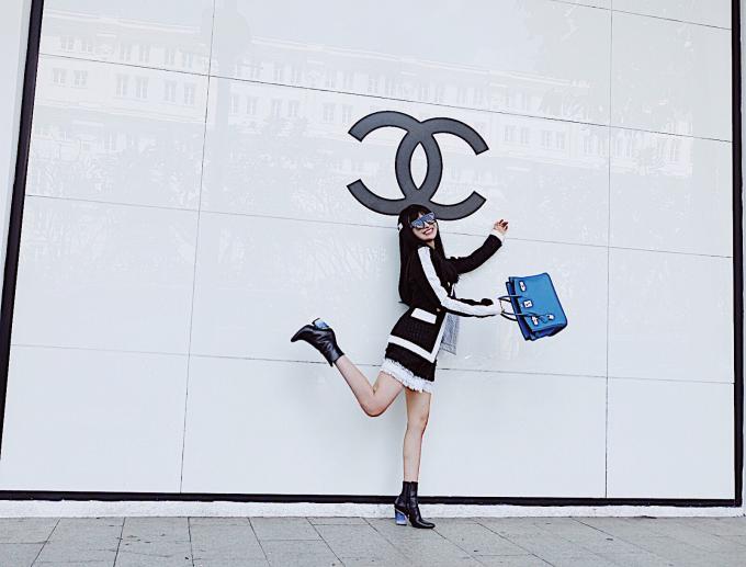 Những bộ quần áo của Mina có giá trên dưới 5000 USD của các nhãn hiệu nổi tiếng như Buberry, DG, Balmain, Dior,...