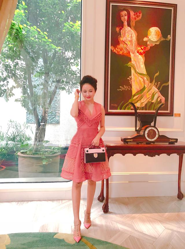 Đôi Rockstud nổi tiếngcủa Valentino Nga Phạm chọn đi cùng váy Burberrytông hồng trẻ trung.