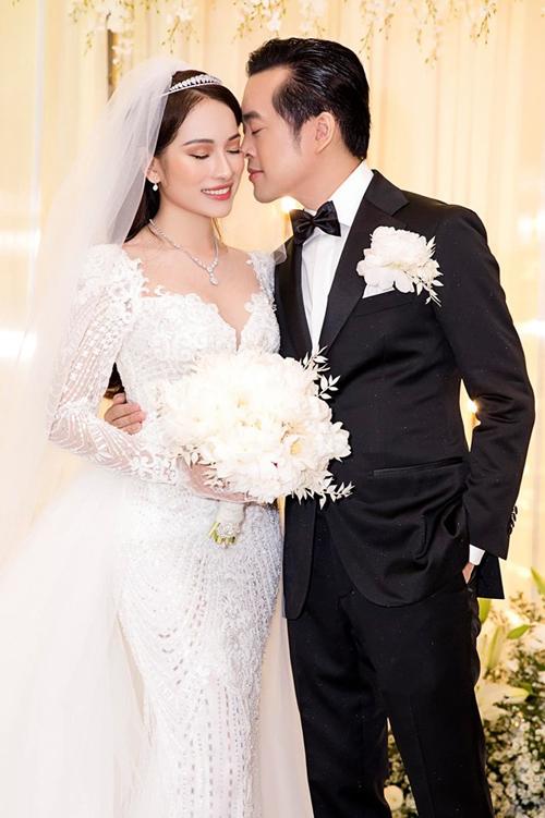 3. Váy cưới 2 trong 1Sự xuất hiện của váy có tùng rời là trào lưu đang gây bão trong làng thời trang cưới bởi tính tiện dụng, giúp cô dâu biến hóa phong cách nhanh chóng chỉ trong tích tắc.