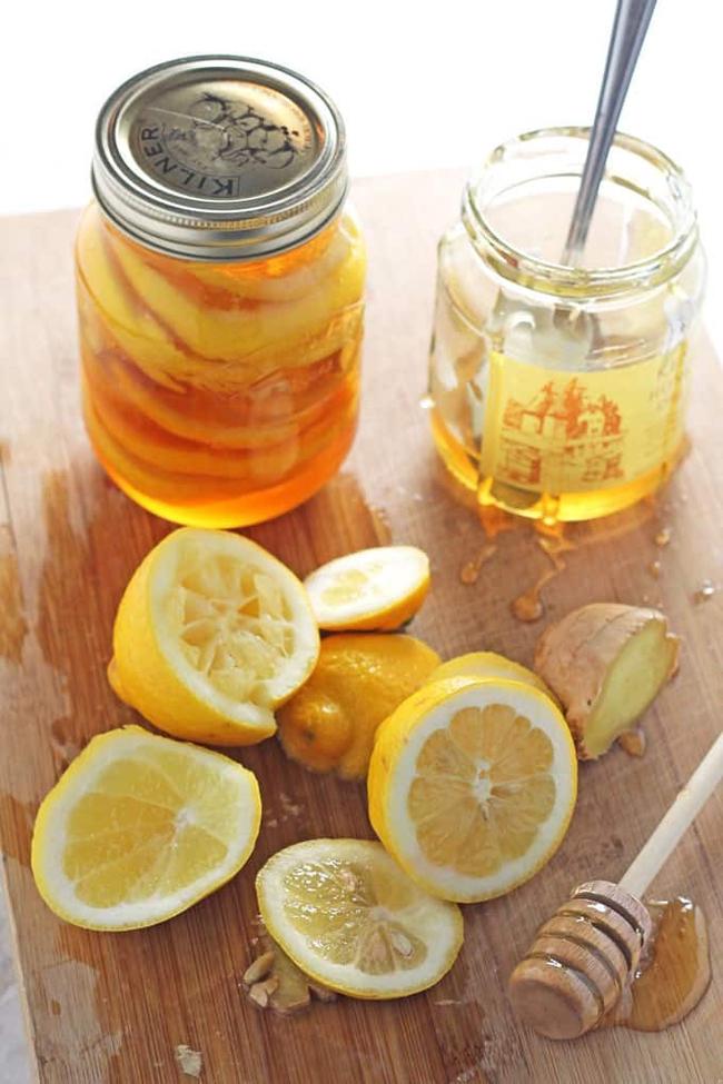 Phakhoảng500 ml nước ấmcùng 1 thìa mật ong và 1 thìa nước cốt chanh.