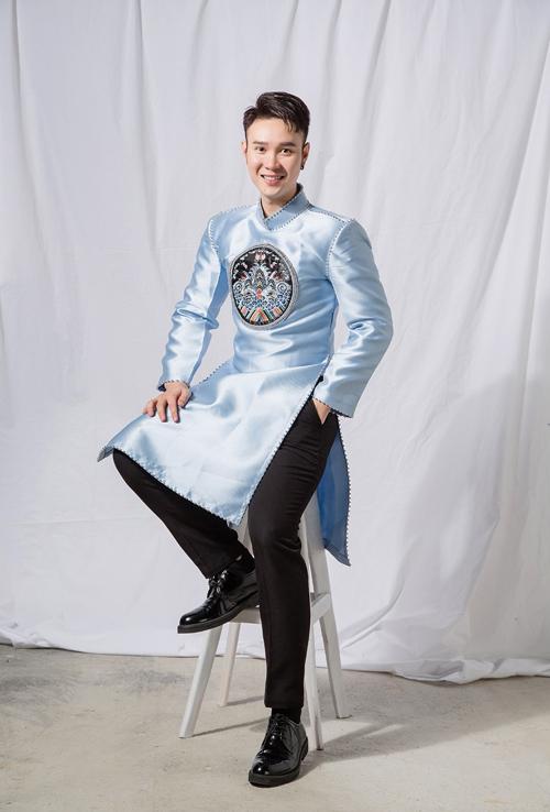 Tà áo dài đơn sắc màu xanh được kết hợp họa tiết thêu cung đình, gợi nhắc trang phục truyền thống Việt thuở xưa. Áo dài không được đính kết cầu kỳ mà chỉ điểm cườm quanh viền và cổ áo, hướng đến sự tinh tế, đơn giản.