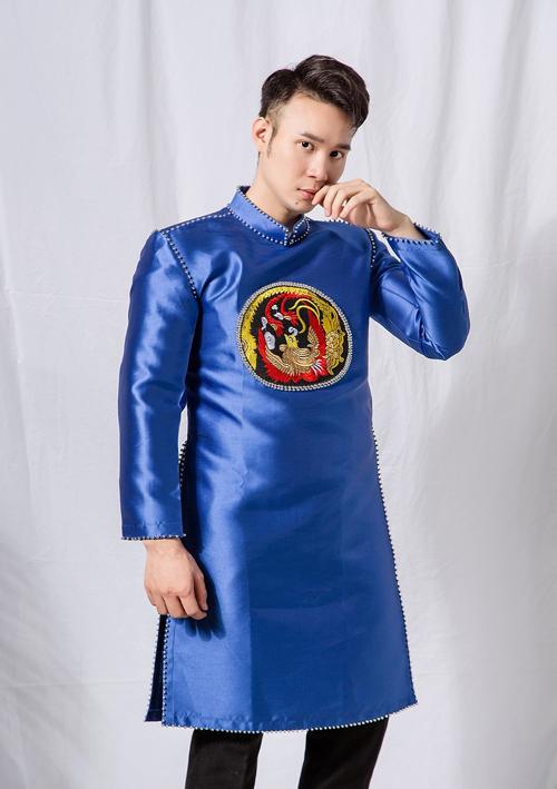 Nếu chuộng sắc màu xanh trầm, đây là gợi ý dành cho bạn. Nếu có vóc người thấp bé, bạn nên chọn áo có vạt ngắn ngang đùi.