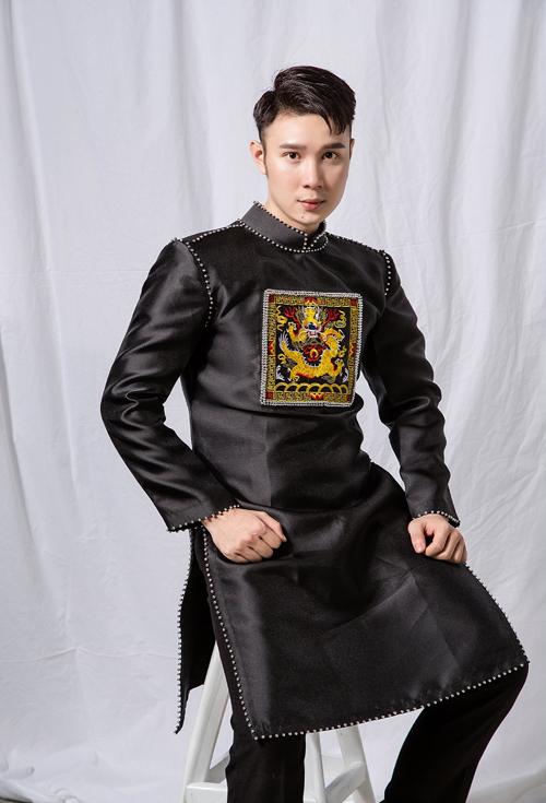 Áo dài đen giúp chàng khẳng định sự rắn rỏi, thể hiện cá tính bản thân. Trang phục được thiết kế hiện đại, có độ ôm.
