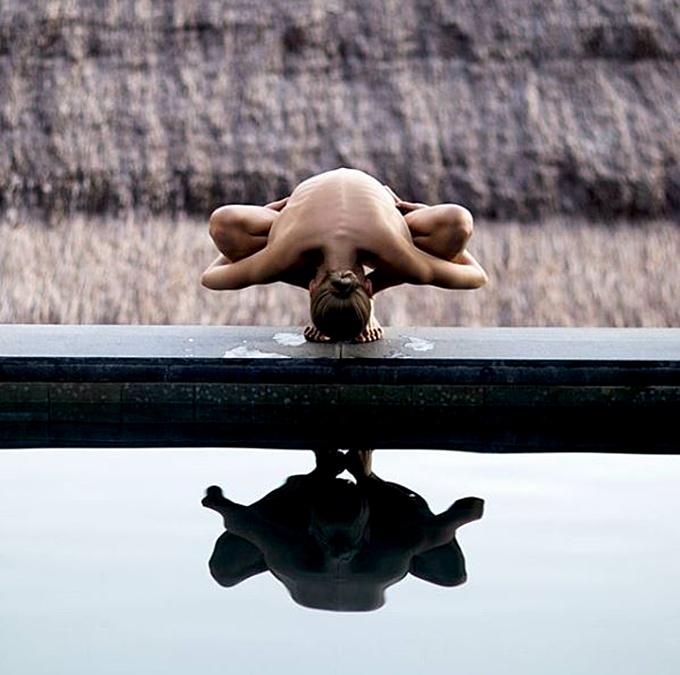 Một trong những bức ảnh trên trang Nude Yoga Girl nổi tiếng.