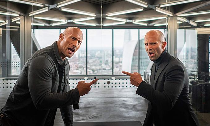 Luke Hobbs (trái) và Deckard Shaw (phải) liên tục khẩu chiến.