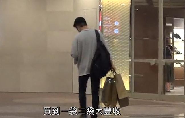 Lưu Khải Uy đi mua sắm hôm 1/8.