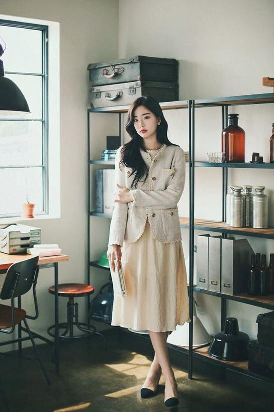 Blazer, áo khoác vải bố tạo nên sự gắn bó khăng khít với các mẫu váy linen, vải đũi - những món đồ được yêu thích nhất ở mùa hè.