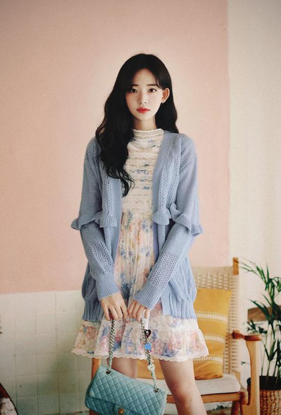 Váy lụa, váy ren mỏng vẫn là những trang phục có thể mặc trong ngày gió mưa. Tuy nhiên những cô nàng tinh tế sẽ phối nó cùng với các kiểu áo khoác len hài hòa màusắc.