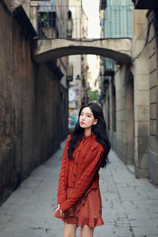 Đối với những cô nàng thích tôn vẻ gợi cảm thì các mẫu váy và áo khoác dáng lửng luôn được ưu tiên hàng đầu khi mix đồ.