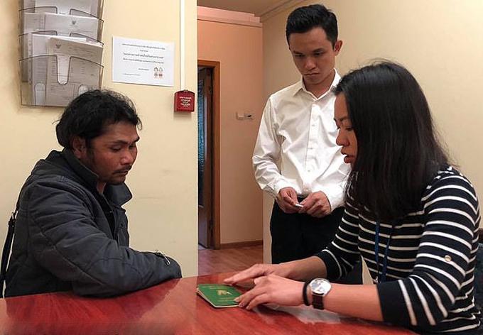 Anh Uthai được cấp hộ chiếu mới ở Đại sứ quán Thái Lan tại Moskva, Nga hôm 30/7. Ảnh: The Royal Thai Embassy in Moscow.