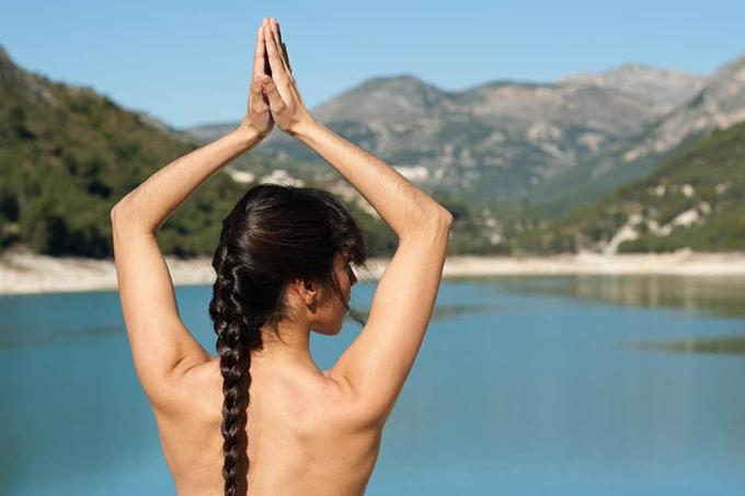 Tập yoga khỏa thân ở Việt Nam sẽ bị phạt từ ngày 1/8.