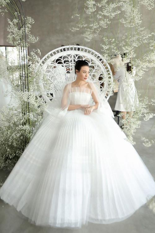 Để tạo nên những giọt sương long lanh trong buổi sớm mai, Chung Thanh Phong và cộng sự đính kết đá Swarovski, pha lê dọc thân váy.